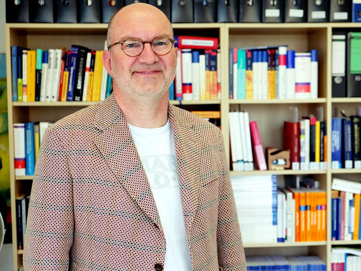 Bereits in der Schule wusste Prof. Dr. Werner Sesselmeier was ihn am meisten interessiert: die Wirtschaftswissenschaften. Foto: Lisa Leyerer