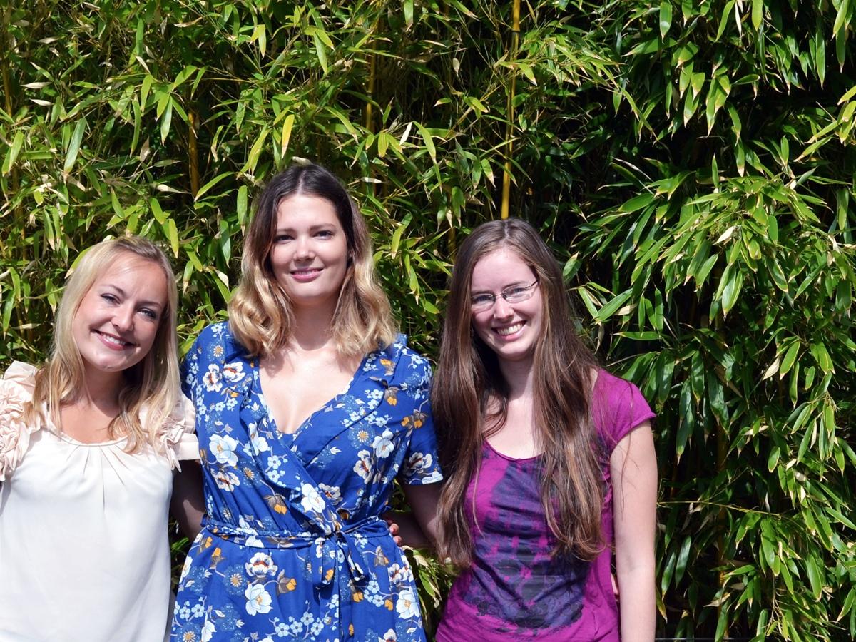 Die drei Studentinnen Nina Völker, Natascha Neises und Linda Koch (von links nach rechts) geben Gruppen von Geflüchteten Deutschunterricht und helfen ihnen so beim Einstieg in das Studium an der Universität Koblenz-Landau. Foto: Anna Maria Junghänel
