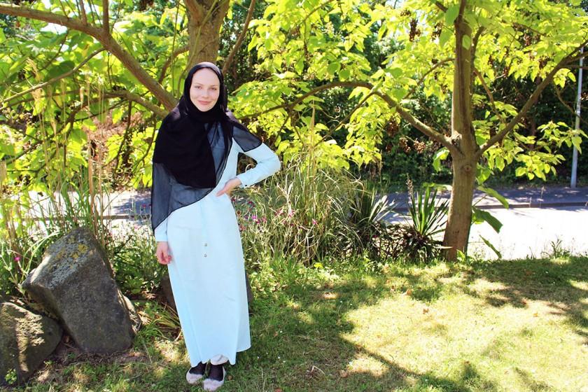 Natalie Felkl will durch ihr Studium der Kulturwissenschaften Menschen verstehen, die anders sind. Sie selbst freut sich, wenn jemand sich wirklich für die Religion interessiert, die sie lebt. Foto: Esther Guretzke