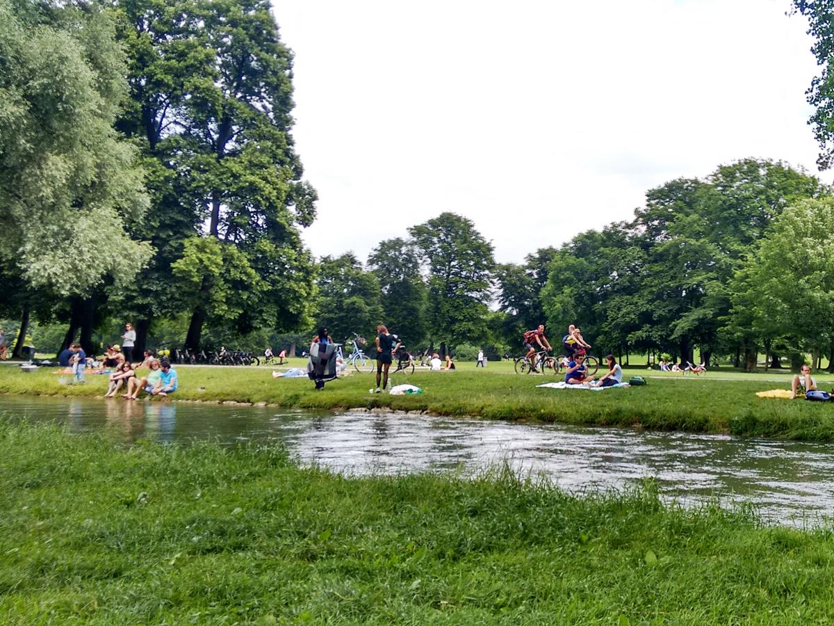 Der Eisbach in Münchens Englischem Garten lockt Campus-Reporterin Nina Seel zur Zeit sehr.