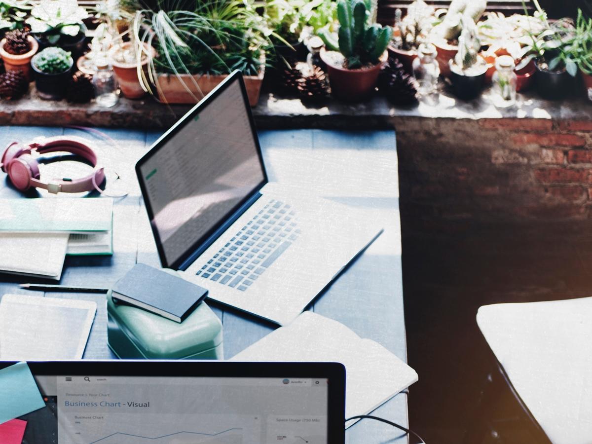 Arbeiten, mit Freunden kommunizieren, einkaufen - alles geschieht heute online und mit jedem Klick hinterlassen wir eine Spur im Netz. Wie wir unsere Privatsphäre im Internet schützen können, verrät Dr. Michael Möhring im Interview. Foto: unsplash/rawpixel