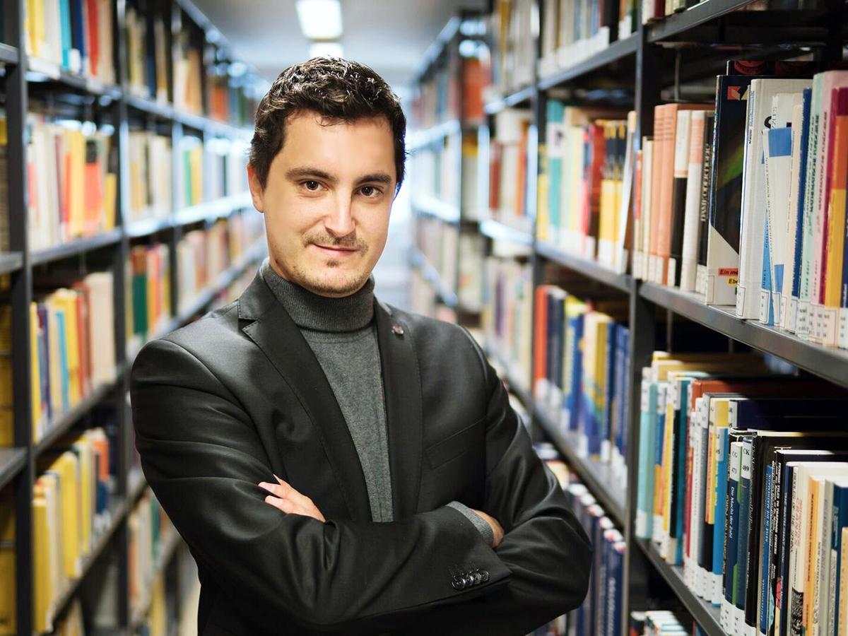 Dr. Björn Hayer lehrt am Institut für Germanistik in Landau Literaturgeschichte und Gegenwartsliteratur. Er hat sich in Deutschland auch einen Namen als Literaturkritiker gemacht und schreibt zudem an seiner Habilitation. Foto: Philipp Sittinger