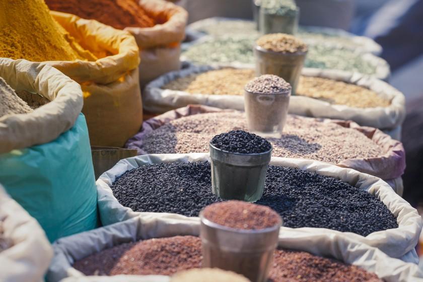 """""""Kochen und Essen mit anderen teilen ist in Pakistan sehr wichtig"""", erzählt Asma Iftikhar von ihrer Heimat. Sie studiert seit drei Jahren in Koblenz und hat die pakistanische Küche mit nach Deutschland gebracht. Foto: Fotolia/Curioso Photography"""