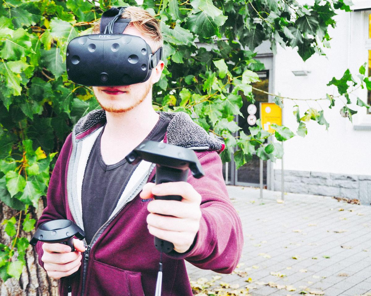 Hombeck mit der Virtual Reality-Brille. Foto: Lang