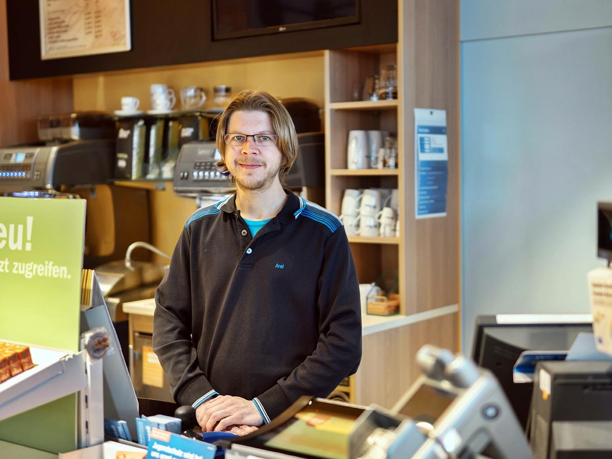 Sascha Werner jobbt neben dem Studium an einer Tankstelle. Foto: Philipp Sittinger