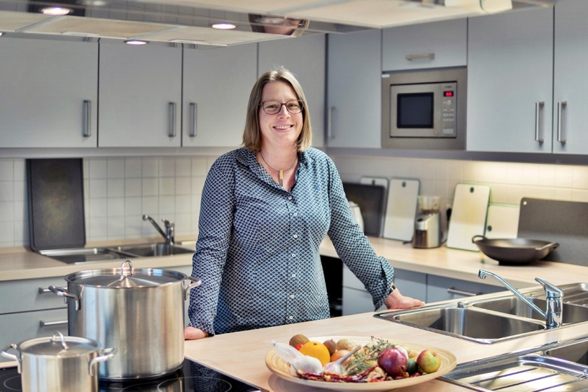 Seit 18 Jahren lehrt Dr. Iris Brandenburger am Campus Landau. Mit der Eröffnung des neuen Gebäudes verlagerte sie ihre Kurse in Ernährungs- und Verbraucherbildung vom Haus der Familie in Landau in die neue Lehrküche. Foto: Philipp Sittinger