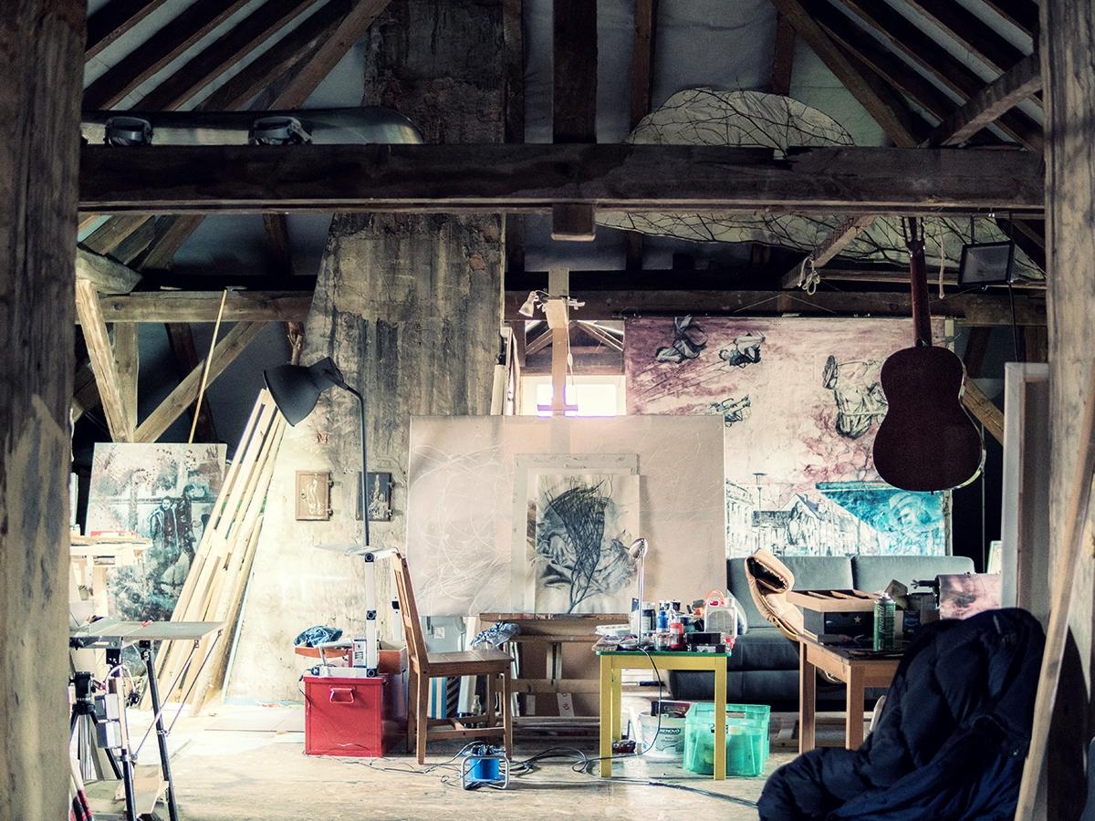 Des Künstlers Atelier unterm Dach: Ein Sammelsurium aus Pinseln, Farben und Leinwänden.