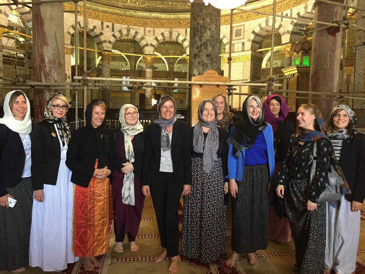 Auf Delegationsreise in Israel: Malu Dreyer (Mitte) und Vizepräsidentin Professorin Dr. Gabriele Schaumann (rechts daneben) beim Besuch des Felsendoms auf dem Tempelberg in Jerusalem.
