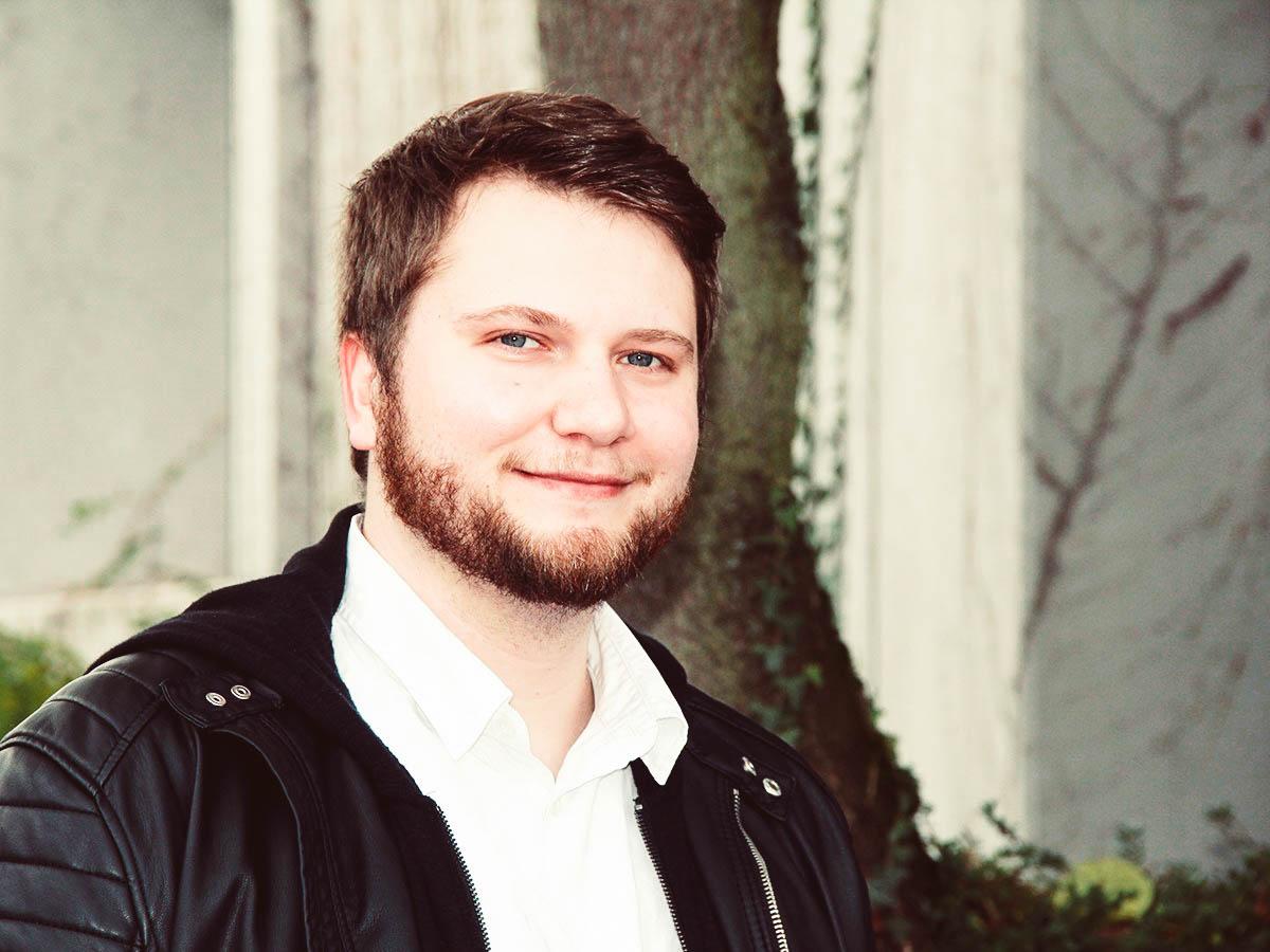 Psychologiestudent Max Hiddemann forscht im Rahmen seiner Bachelorarbeit zum spannenden Phänomen der Gummihandillusion. Foto: Jan Lücking