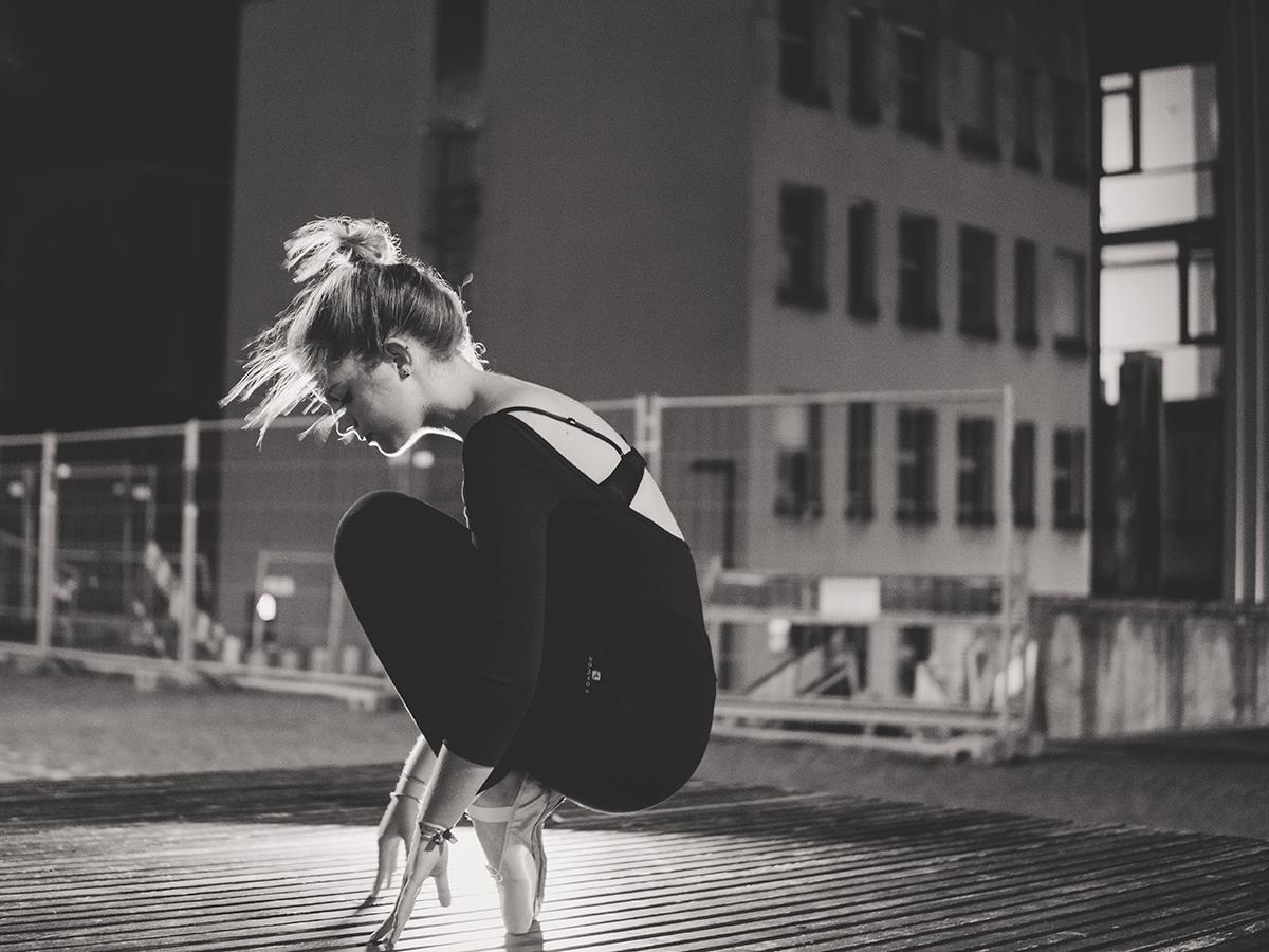 Ilka Reichelt in ihrem Element, dem Ballett. Die Mischung aus Konzentration und körperlicher Anstrengung macht für die Studentin den Reiz am Tanzen aus. Fotos: Philipp Sittinger