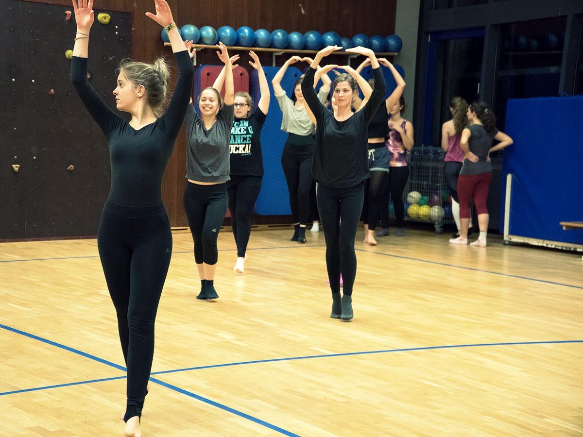 Die Grundlagen des Balletts werden in der Raumdiagonale geübt.