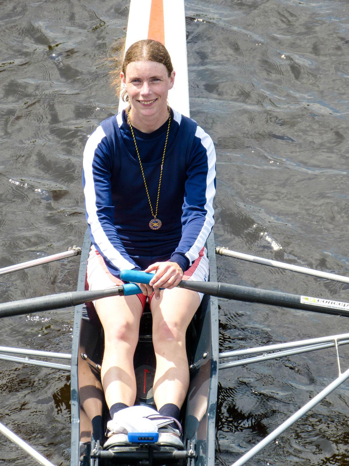 Die Leistungssportlerin lebt mit ihrer Familie zusammen in der Nähe von Hamburg und verbringt jede freie Minute auf dem Wasser.