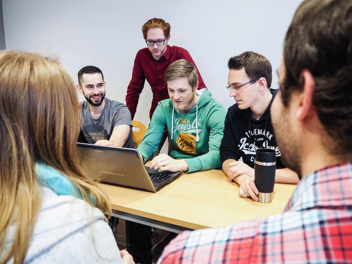 Das Brückenprojekt Informatik hilft beim Start ins Studium. Florian Kähne (zweiter von links) berichtet von dem Angebot, das den Einstieg an der Uni erleichtern soll. Foto: René Lang
