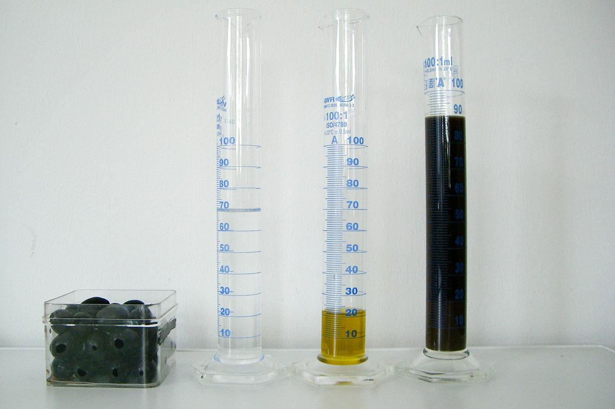 Mischverhältnis: Zu 100 g Oliven müssen 70 ml Wasser zugegeben werden. So entstehen 20 ml Öl und 90 ml Olivenölabwasser. Foto: Benjamin Peikert