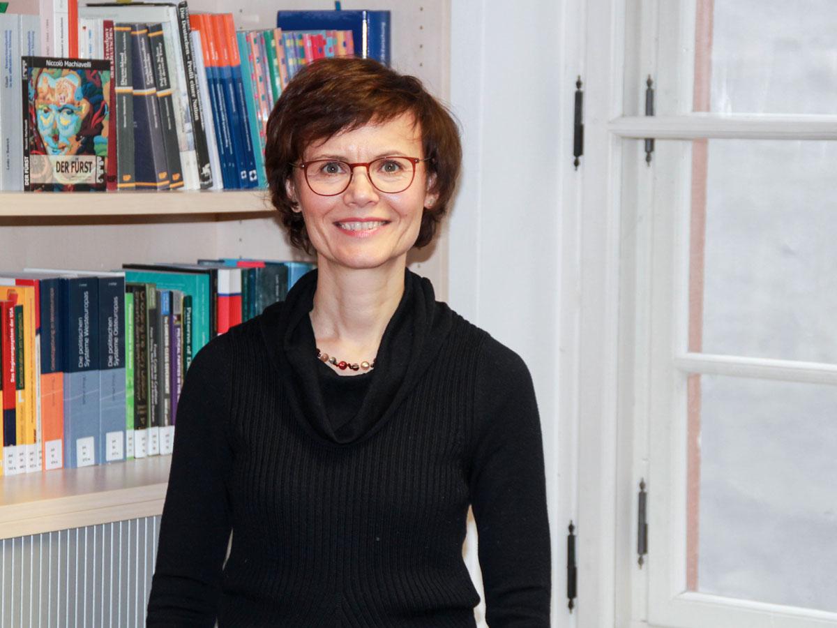 """Professorin Dr. Manuela Glaab: Ihr Forschungsschwerpunkt ist """"Political Leadership"""". Darin beschäftigt sie sich mit den Führungsstilen von Bundeskanzlern und möglichen Messkonzepten. Foto: Jan Lücking"""