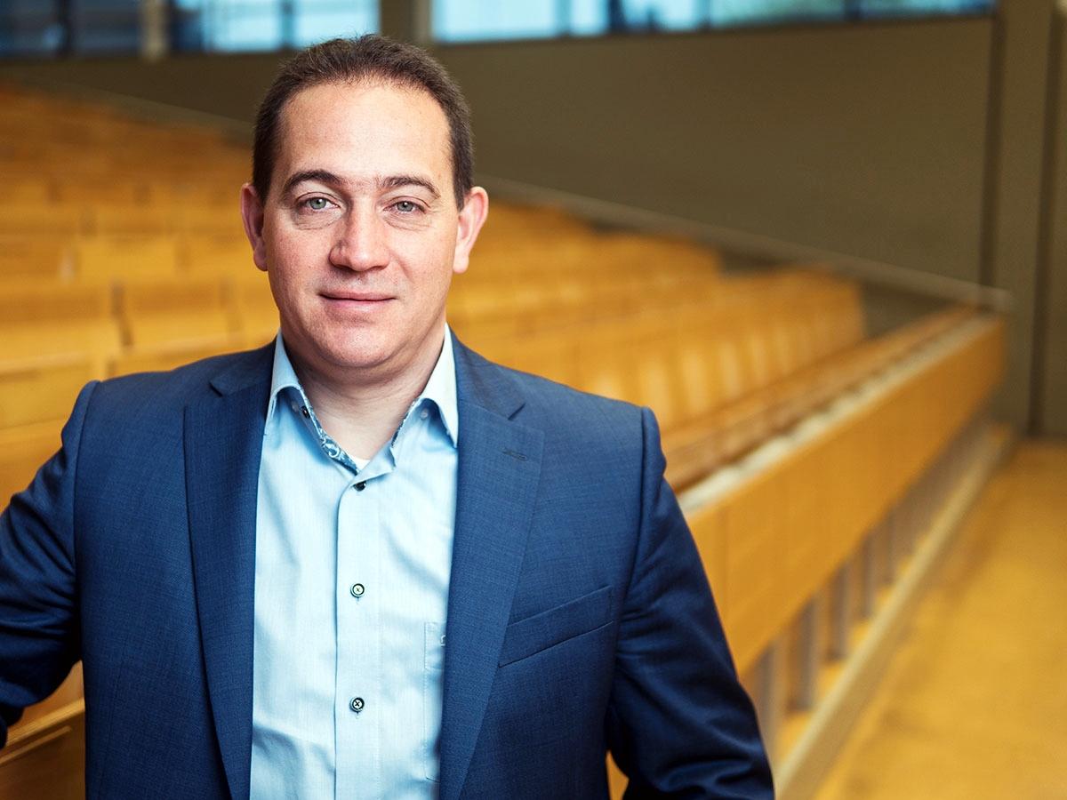 Hannes Kopf ist hauptberuflich Jurist für das Land Rheinland-Pfalz, Honorarprofessor für Umweltrecht am Campus Landau, SPD-Stadtratsmitglied und Vater von drei Kindern. Foto: Philipp Sittinger