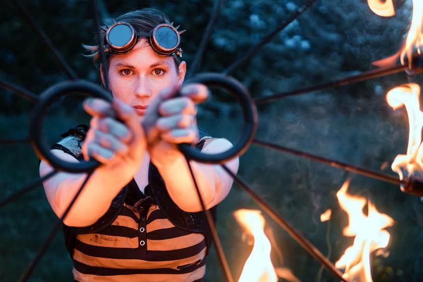 Keine Angst vor Feuer: Miriam Grabisch tobt sich in ihrer Feuershowgruppe regelmäßig aus und genießt die staunenden Blicke der Zuschauer. Fotos: Philipp Sittinger