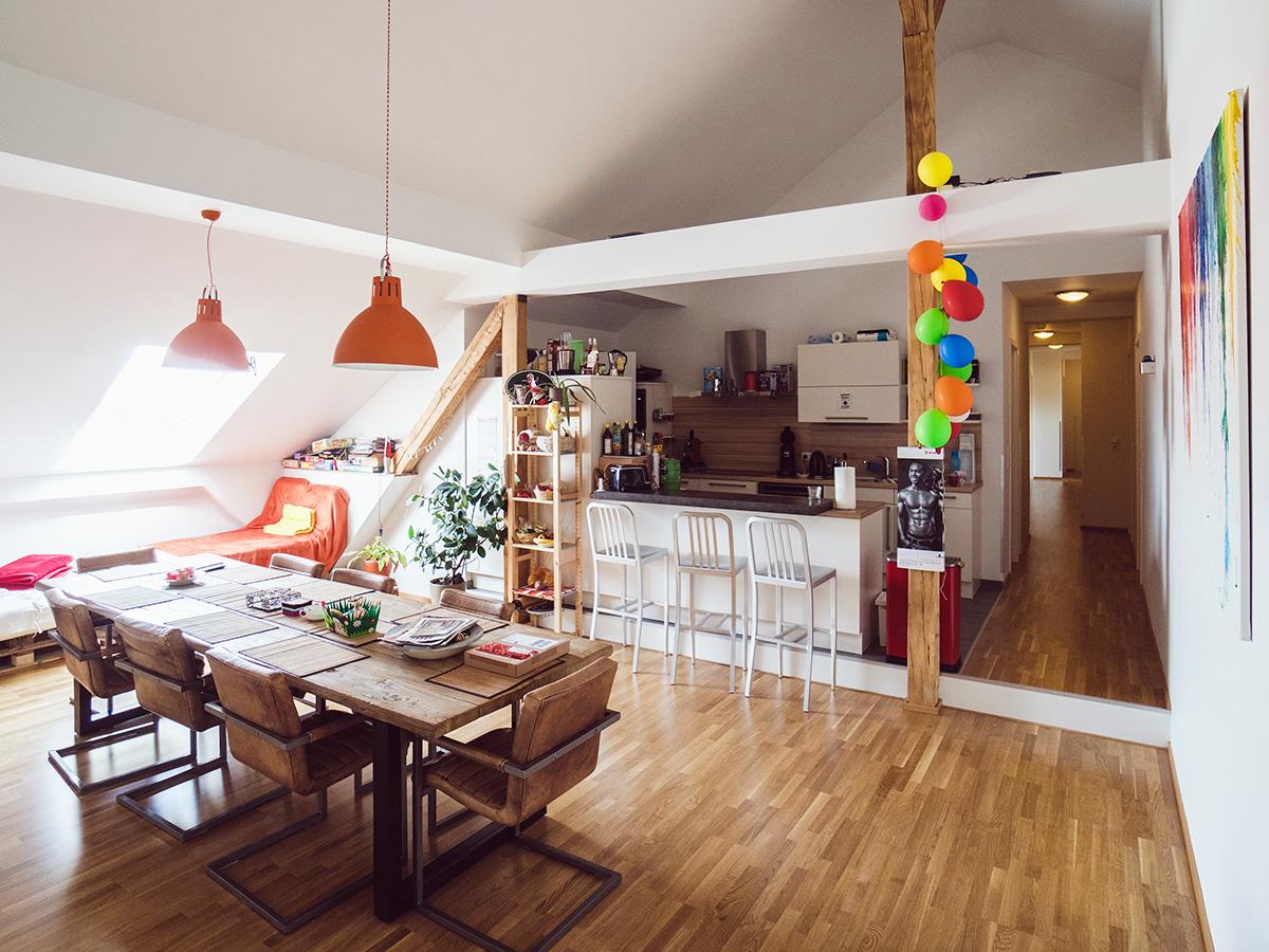 Der Place to be der Landauer Smarthouse-WG ist der große Holztisch in der Wohnküche, der genauso als Brunch- und Raclette-Tafel dient, wie als Arbeitsplatz oder als Spielunterlage. Fotos: Philipp Sittinger