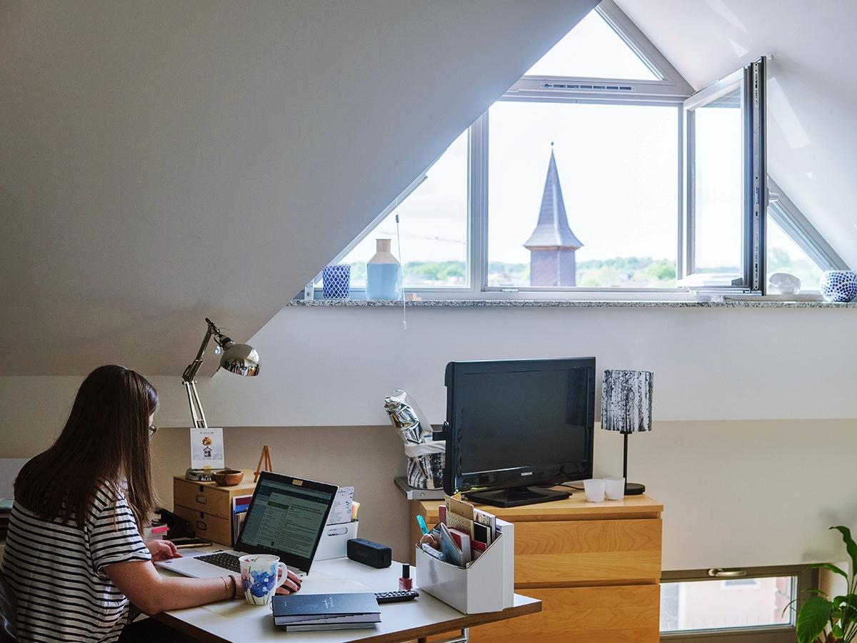 Lieblingsplatz zum Arbeiten: Der Blick zum Fenster auf der Südseite sorgt für genug Licht, lädt manchmal aber auch zum Tagträumen ein.