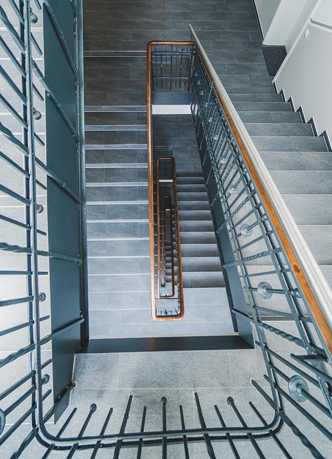 Dank Aufzug bleibt Nina Seel und ihren Mitbewohnern das Treppensteigen erspart. Das schmiedeeiserne Geländer im Treppenhaus lässt noch auf die alte Bausubstanz des Gebäudes schließen.