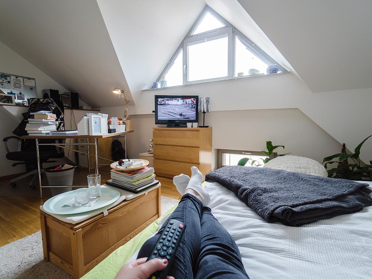 Die 26-Jährige schreibt gerade Masterarbeit. Wenn die Leselust nicht so groß ist, lässt es sich auf dem Bett auch wunderbar bei Netflix und Prime entspannen.