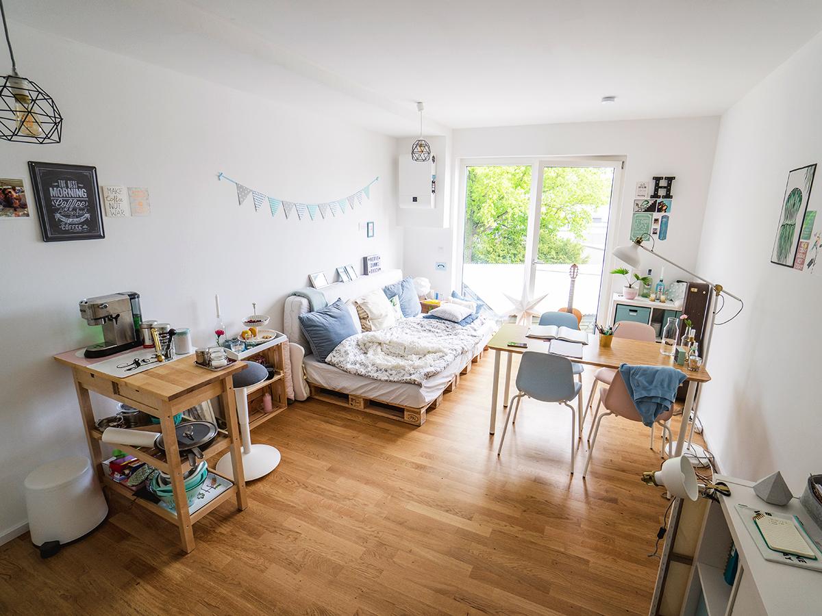 Die helle Ein-Zimmer-Wohnung ist Wohn-, Arbeits- und Schlafraum zugleich.