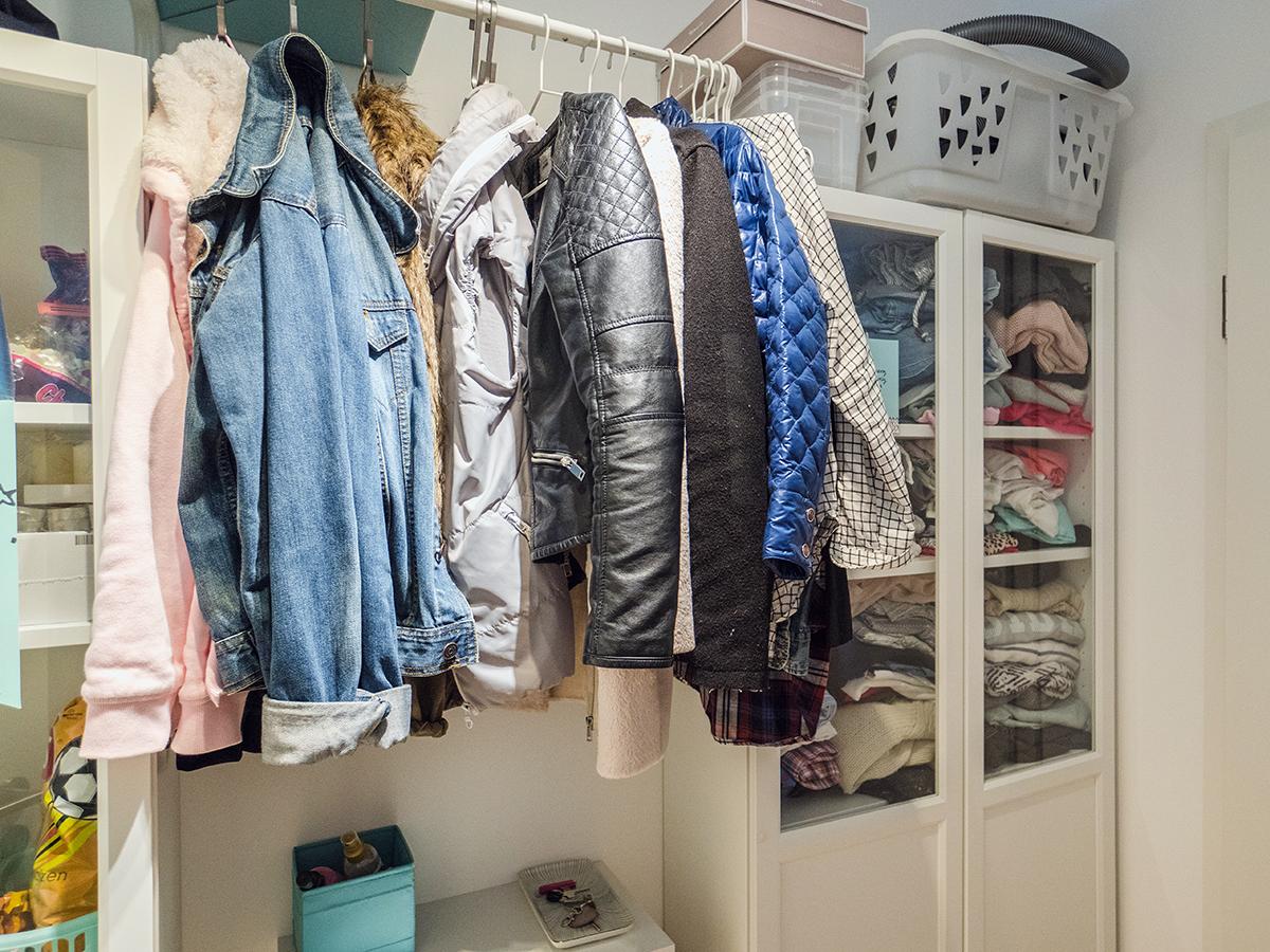 Platz für Klamotten ist im kleinen Flur.