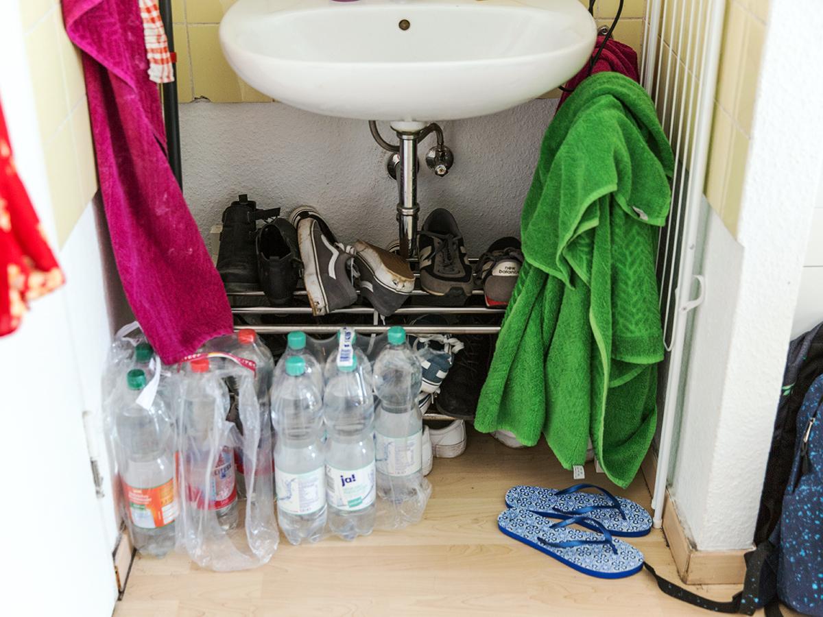 Ihre Schuhe bewahrt Bock unter dem Waschbecken auf. Auch das Wasser hat hier seinen Platz, denn es gibt keinen Vorratsraum.