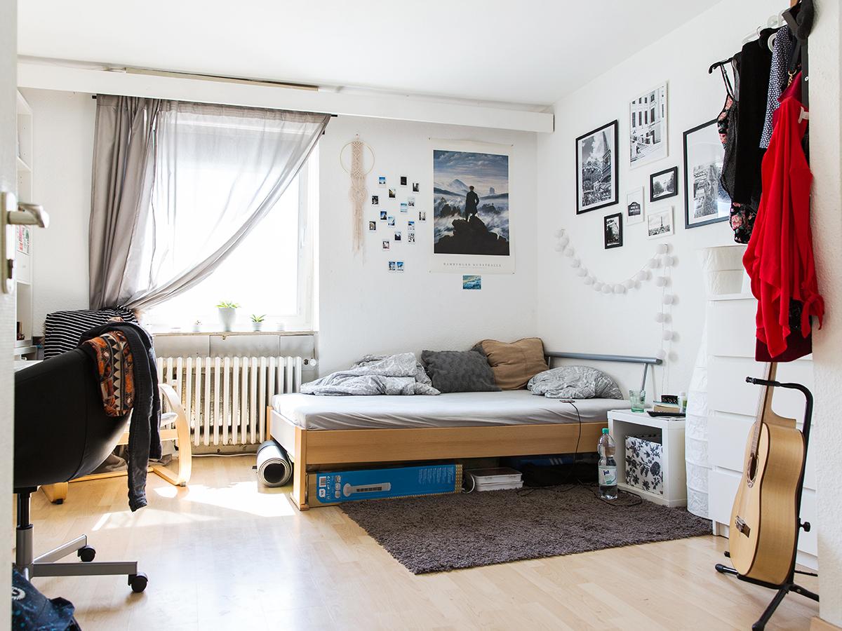 Das Bett ist das Einzige, was Maria Bock von Zuhause mitgenommen hat. Ihr Zimmer räumt und dekoriert sie oft um – meistens nachts.