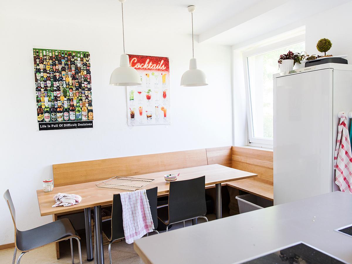 Am großen Küchentisch ist für alle Platz.