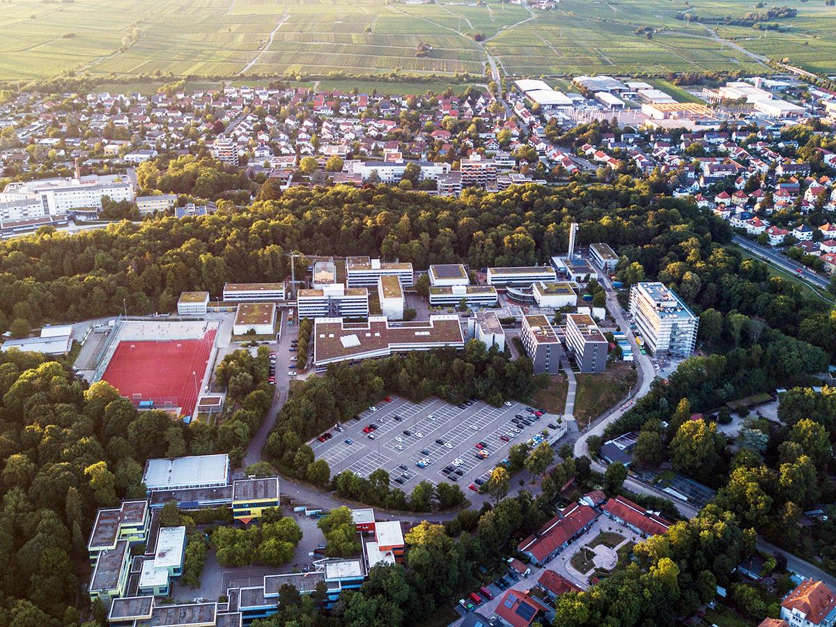 Philipp Sittinger hat sich in schwindelerregende Höhen begeben, um den Campus Landau von oben aufzunehmen.