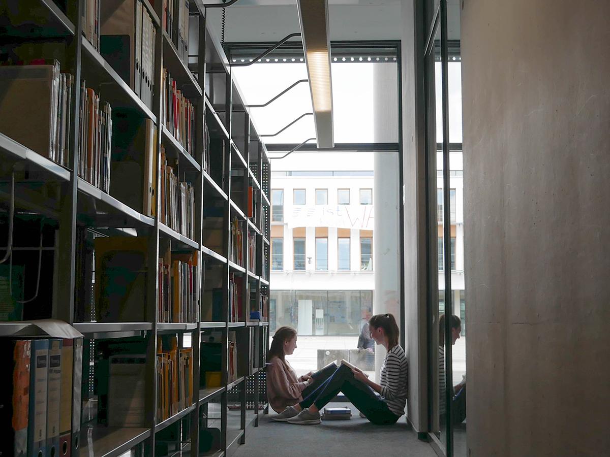 In Koblenz schauen wir uns die Bibliothek von innen an. Foto: Jan Reutelsterz