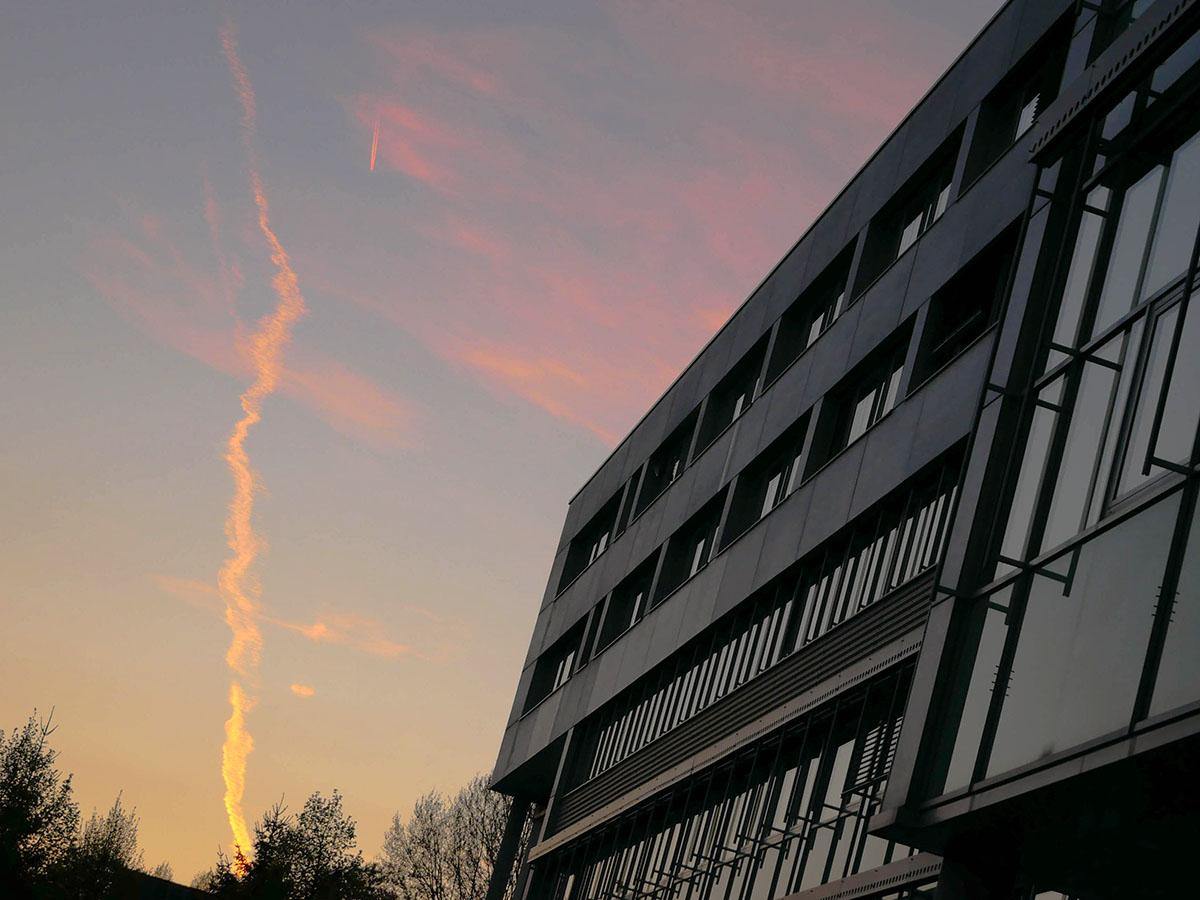 Der Campus Koblenz versinkt im Abendlicht.
