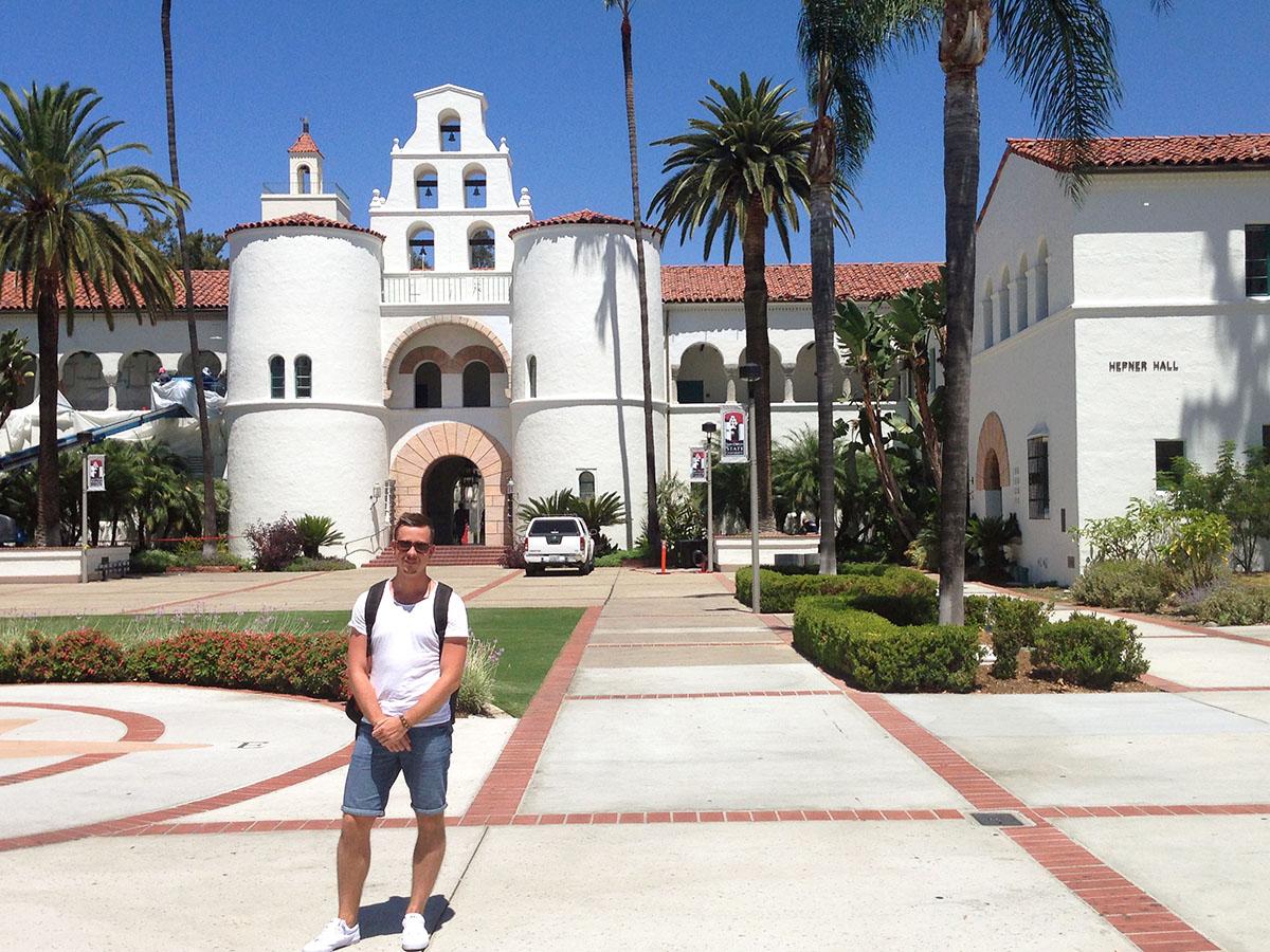 Solonik auf dem ampus der San Diego State University.