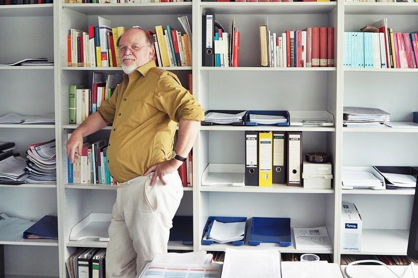 """Winfried Gebhardt schwärmt im Interview von seiner eigenen Studienzeit und wünscht sich, dass Studierende """"Abenteurer des Geistes"""" werden. Foto: Emily Nolden"""