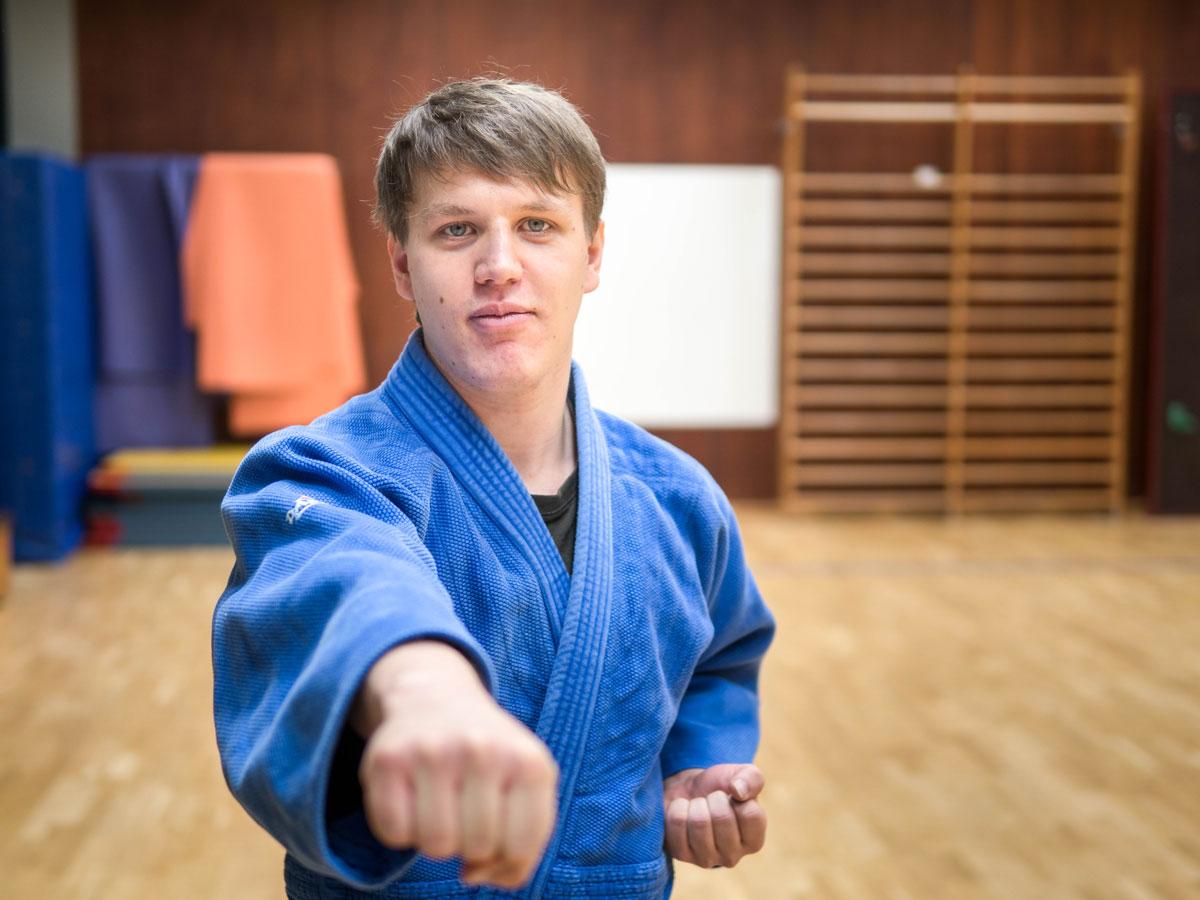 Psychologie-Student Peter Diemer gibt sein Wissen in Capoeira-Kursen an Studierende weiter und vermittelt die Grundlagen über den brasilianischen Kampftanz. Foto: Sittinger