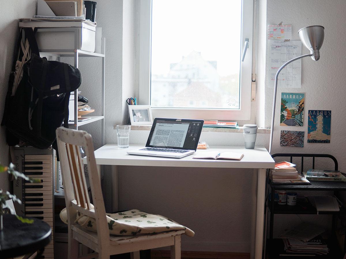 Der Platz unterm Fenster gehört dem Schreibtisch.
