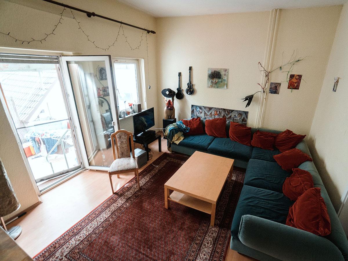 Das gemütliche Wohnzimmer ist Treffpunkt der Mitbewohner, die ihre Liebe zu Kunst und Musik verbindet.