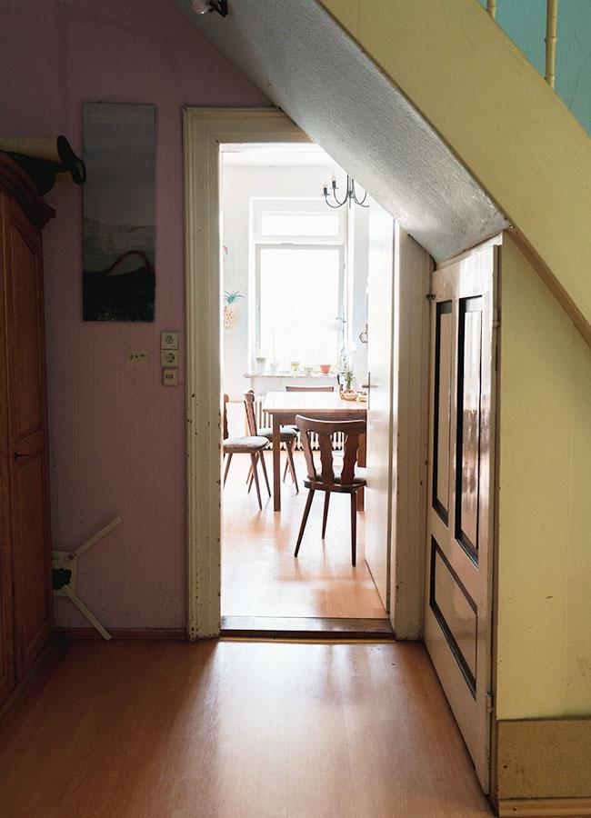 Unter der Treppe durch geht es in die Küche.