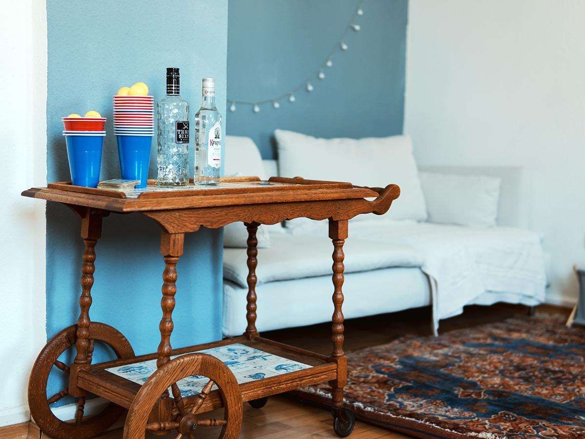 In jedem Winkel der Wohnung finden sich alte Holzmöbel, die die Landauerinnen restauriert haben.