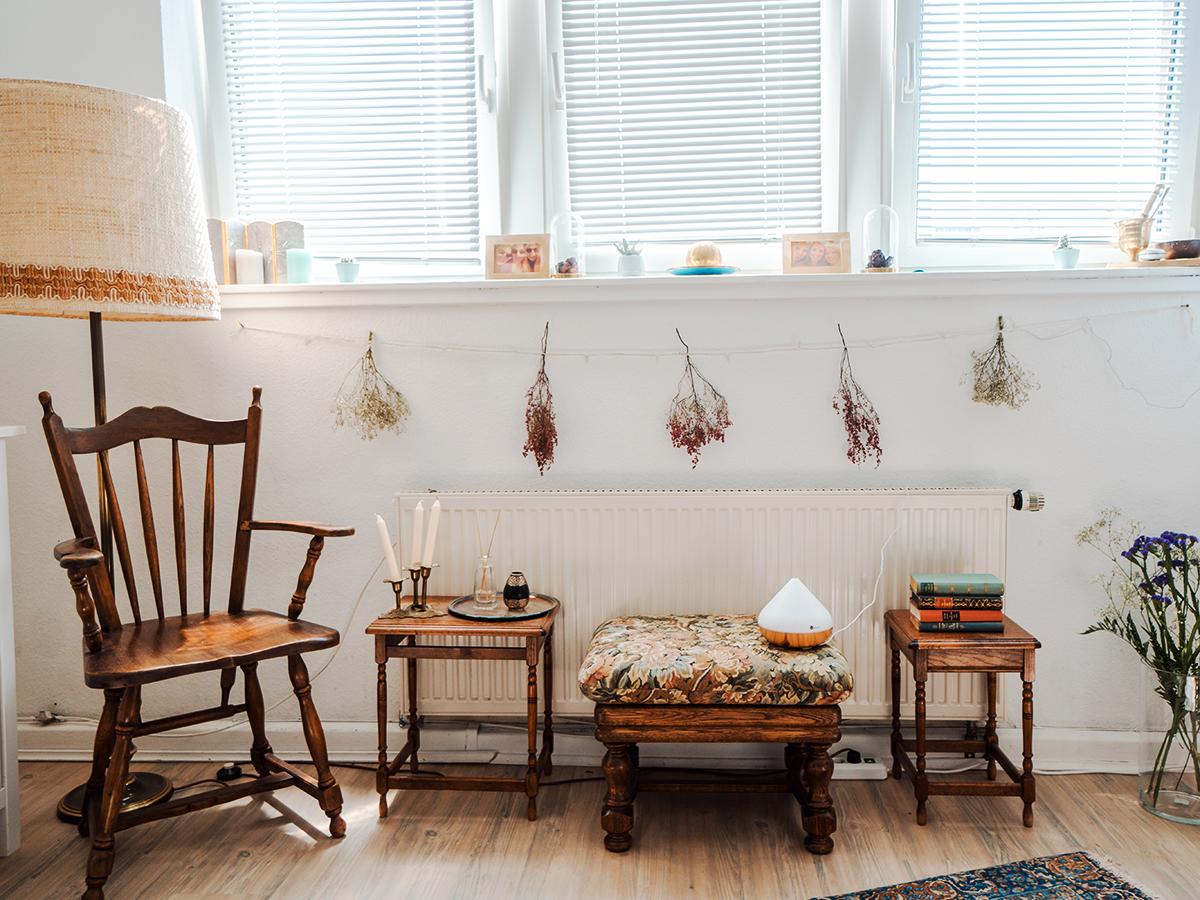 Die Einrichtung von Ricarda Natus' hellem Zimmer erstrahlt in warmen Erdtönen.