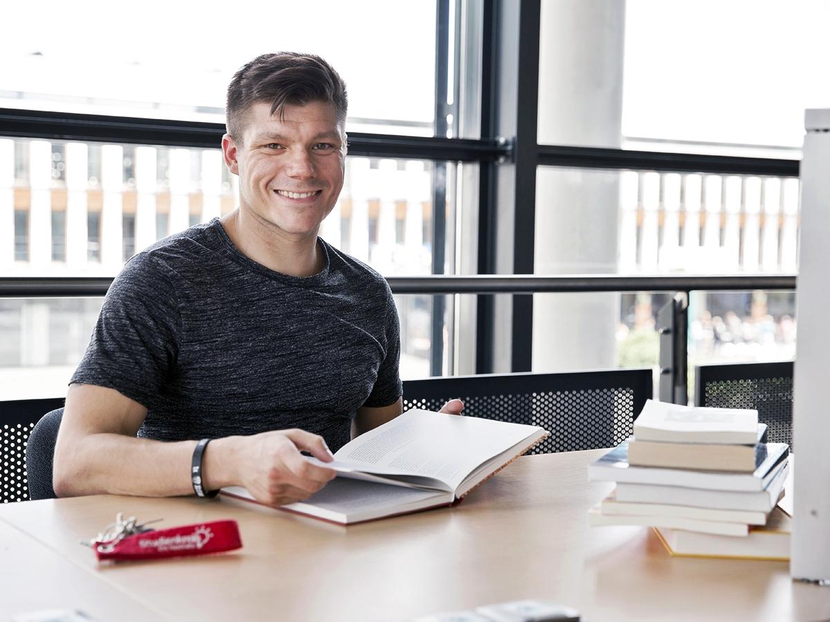 Uli Hallerbach gibt Schülern Nachhilfe in Deutsch und Englisch und kann dabei auch Wissen aus seinem Lehramtsstudium anwenden. Foto: Teresa Schardt