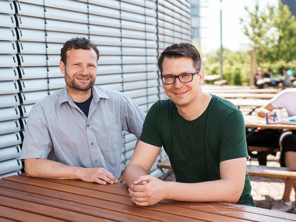 Machen gemeinsame Sache im Rahmen des Projekts MeetYourFarmer: Thomas Mosthaf vom Studierendenwerk und Martin Schulte von der Landauer Umweltgruppe. Foto: Philipp Sittinger