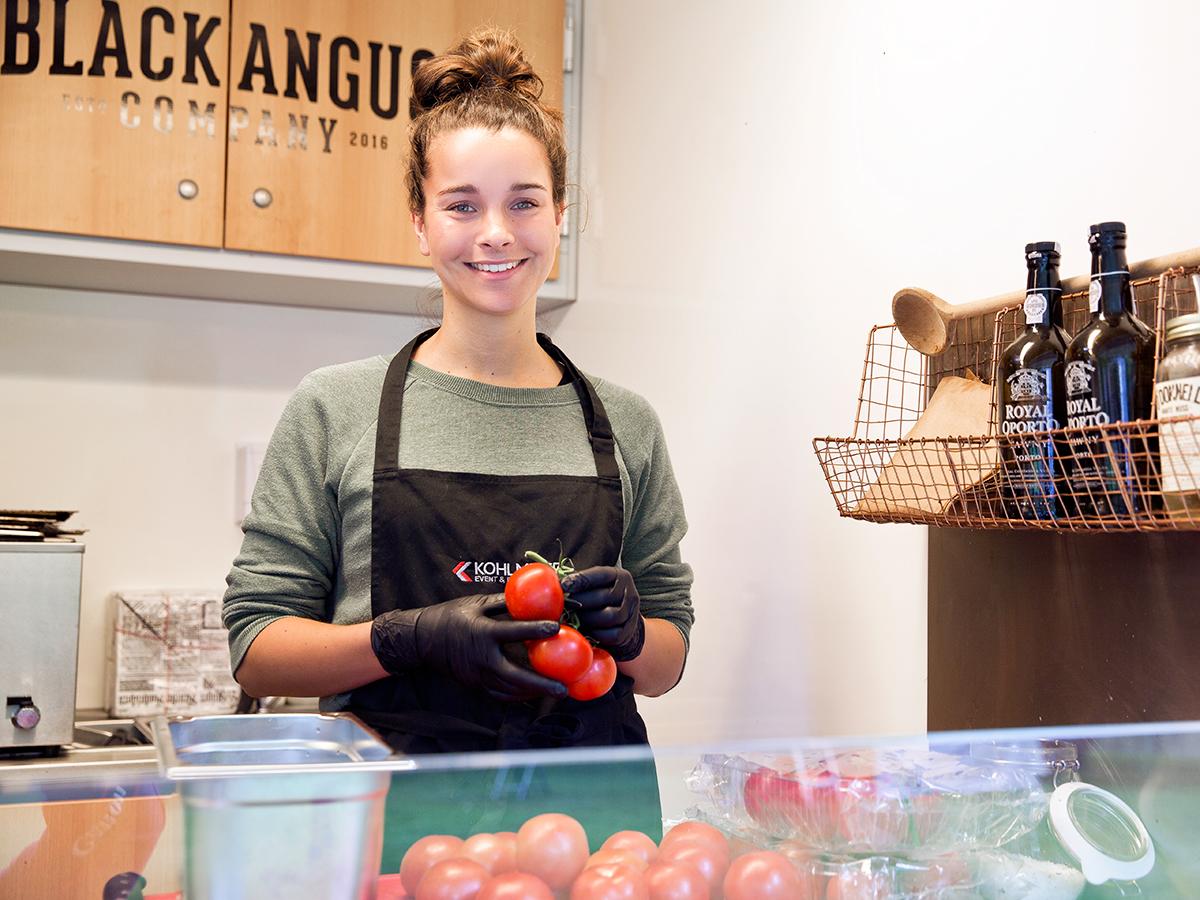 Lea Kaiser bei der Vorbereitung für das Street Food Weekend in Mannheim. Foto: Teresa Schardt