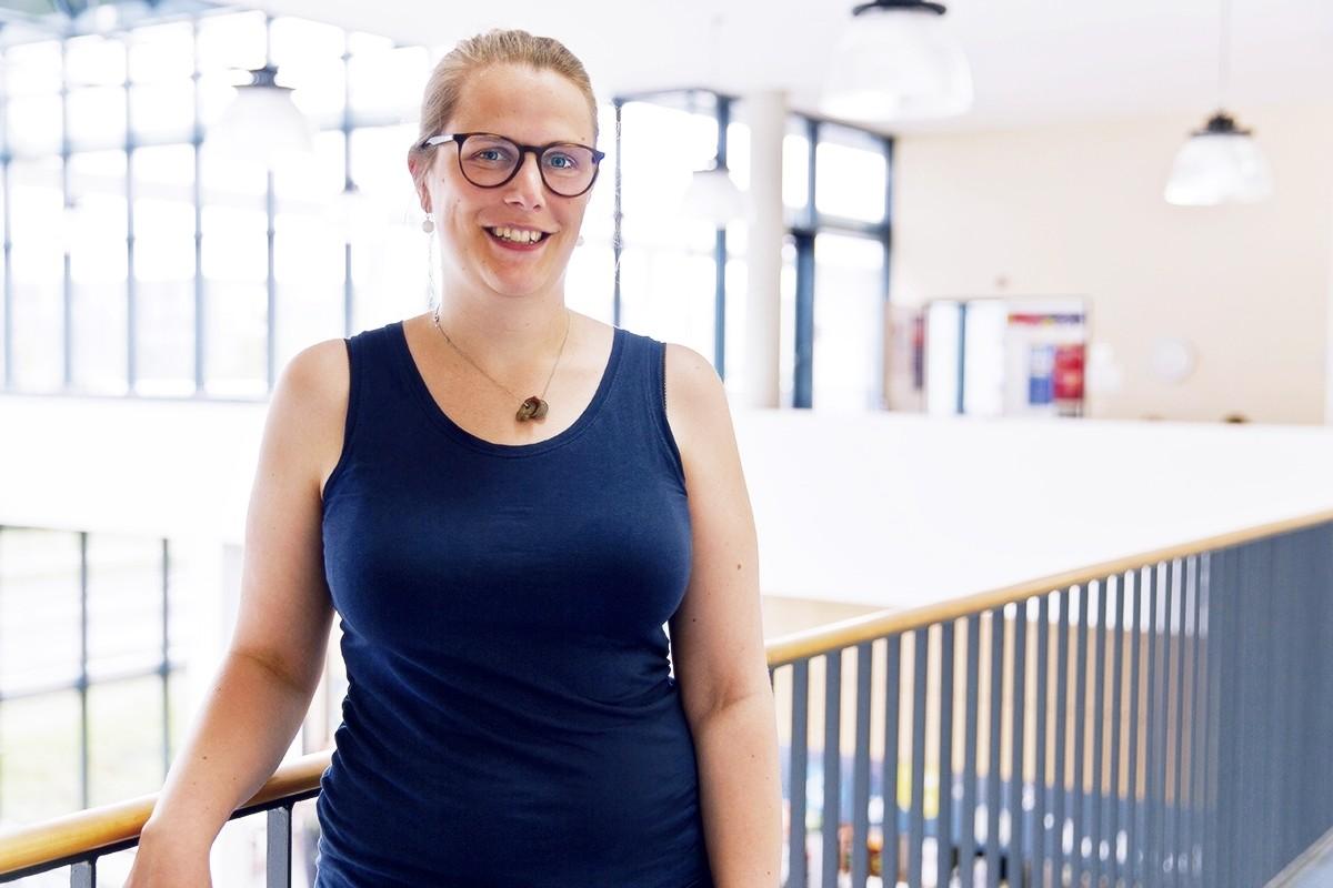 Charlotte Roggenbruck studiert Kulturwissenschaft und hat für sich den perfekten Nebenjob gefunden: Im Welcome Center sammelt sie spannende Berufserfahrungen. Foto: René Lang