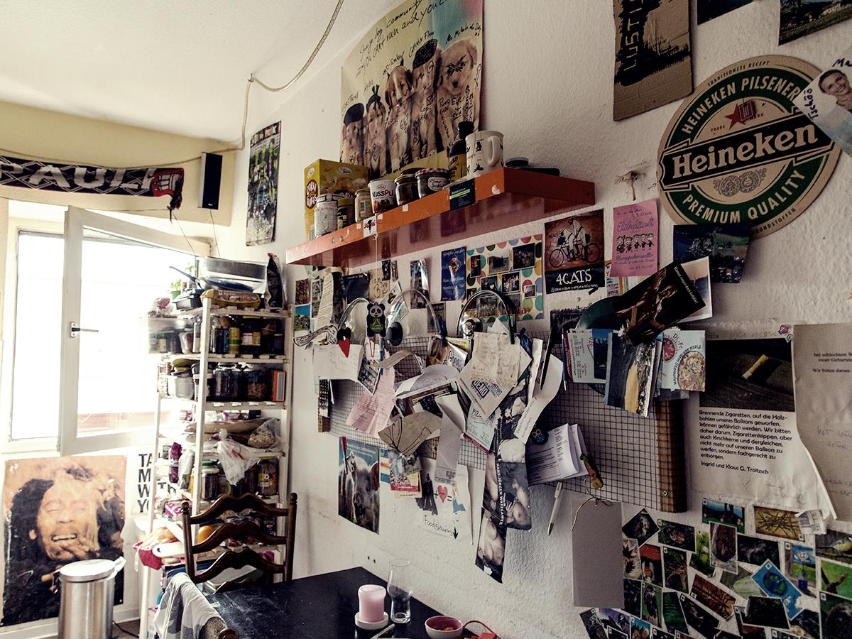 Generationen von Studierenden haben die WG in der Koblenzer Südstadt geprägt, in der es zwei Regeln gibt: Was einmal an den Wänden aufgehängt wurde, darf nicht mehr abgenommen werden. Und: Es muss Kuchen geben! Fotos: Teresa Schardt