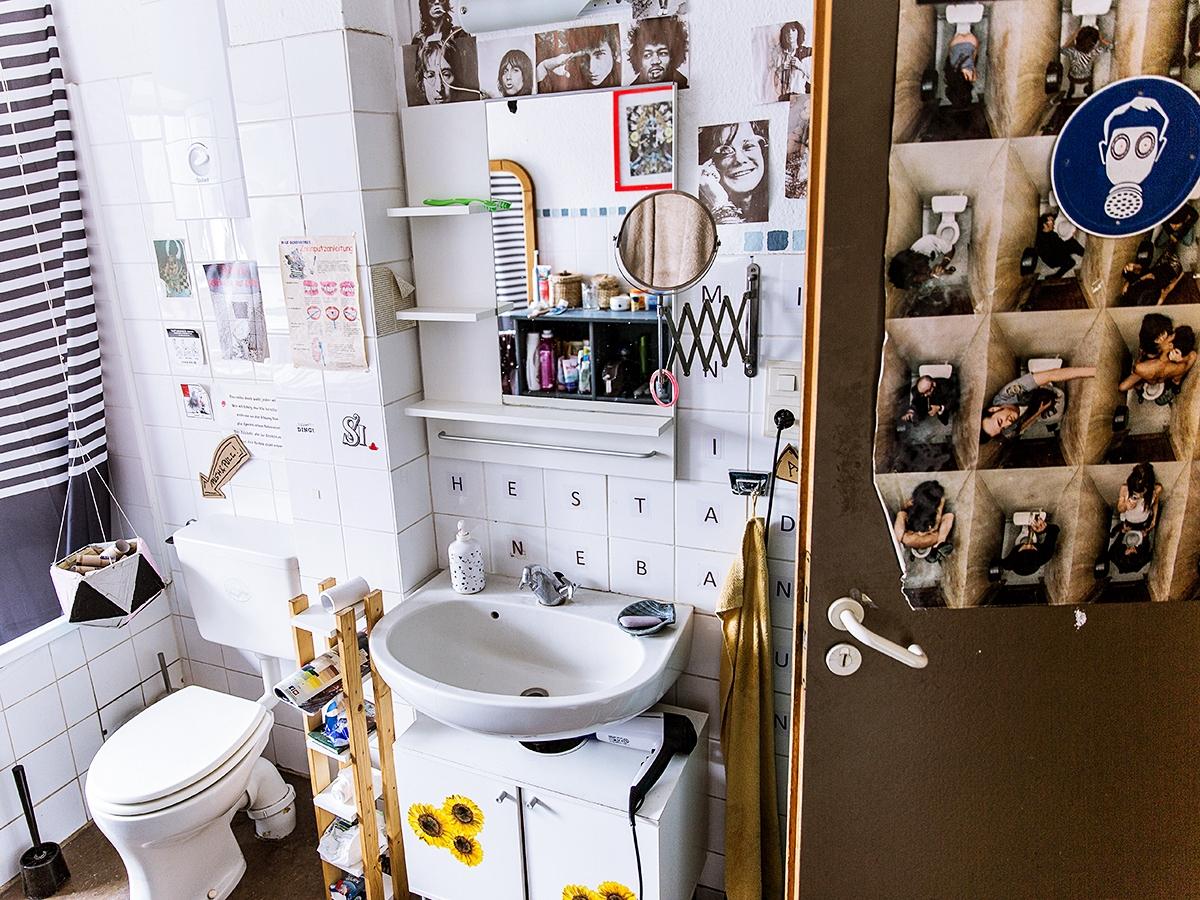 Auch das Bad zieren typische WG-Poster und Ikonen der 60er und 70er Jahre.