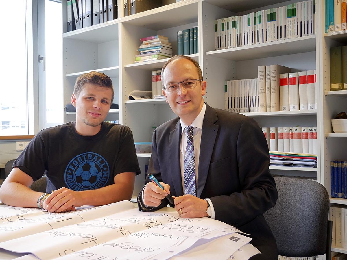 Dr. Andreas Linsenmann (rechts) und Student Tobias Fey haben sich im Rahmen eines Seminars auf Spurensuche der 68er Revolution in Koblenz begeben. Foto: Jan Reutelsterz