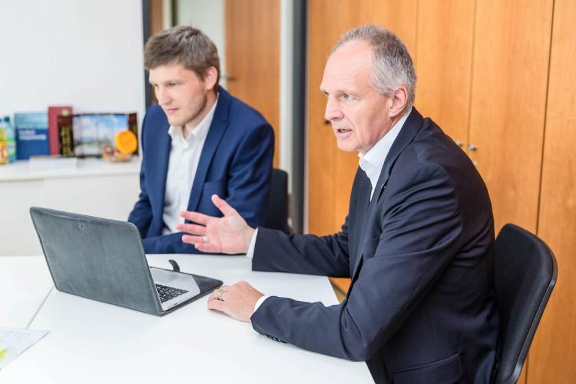 Alles digital? Vizepräsident Professor Dr. Harald von Korflesch (rechts) und Christian Schneider im Interview mit Uniblog zur Digitalisierungsstrategie. Foto: Teresa Schardt