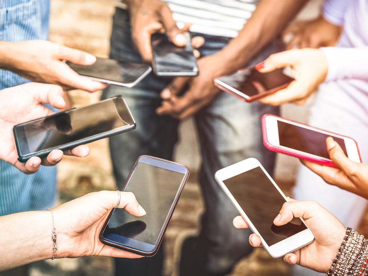 Soziale Medien und das Smartphone kann man auch in den Unterricht einbinden und so Schüler begeistern - das zeigt Eva Korn in ihrer Masterarbeit. Foto: Fotolia/Mirko